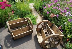 Цветочница на деревянных колёсах